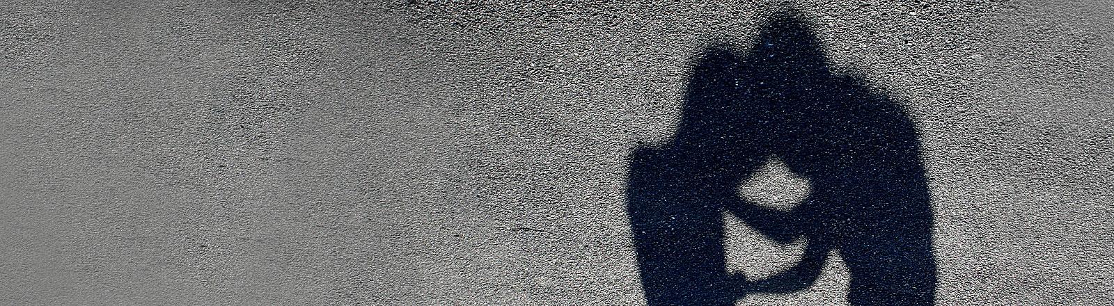 Schatten zweier raufender Menschen