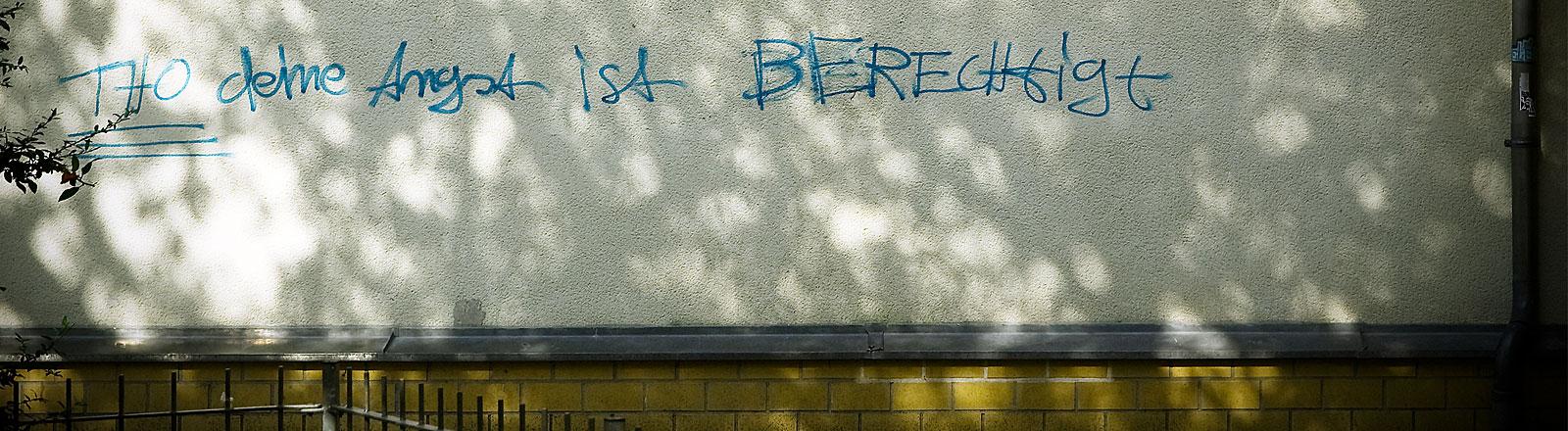 Mauer mit der Aufschrift Deine Angst ist berechtigt