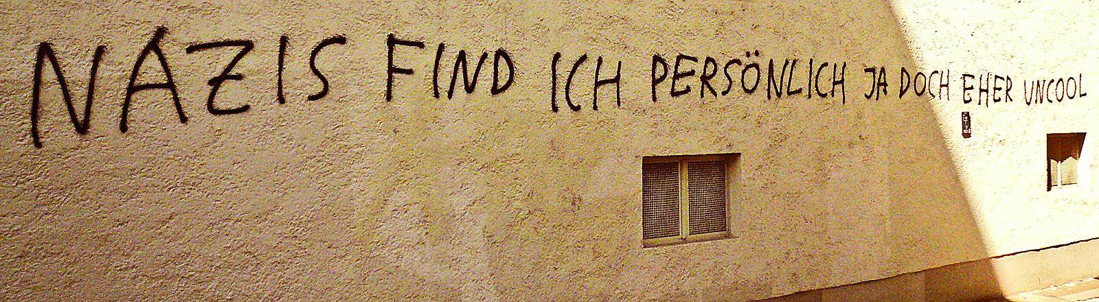 """Wand mit dem aufgesprayten Spruch """"Nazis find ich persönlich ja doch eher uncool"""""""