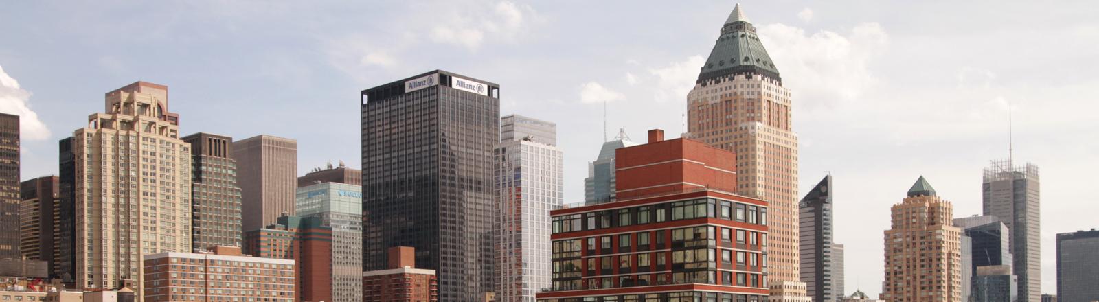 Silhouette von New York mit Wolkenkratzern und Hinterhöfen.