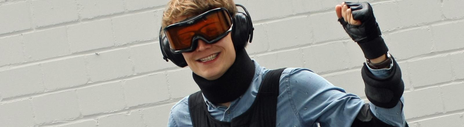 DRadio-Wissen-Reporter Johannes Döbbelt macht alt: Er hat sich einen Alters-Simulator angezogen.