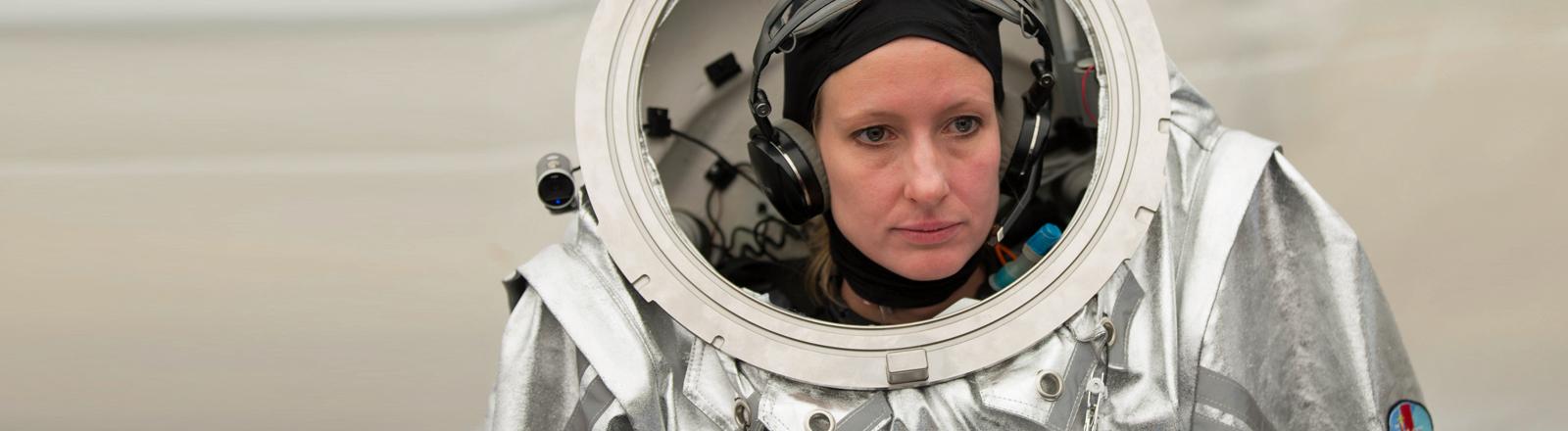 Carmen Köhler in ihrem Raumanzug am 3. August 2015 während der Mars-Simulation Amadee-15.