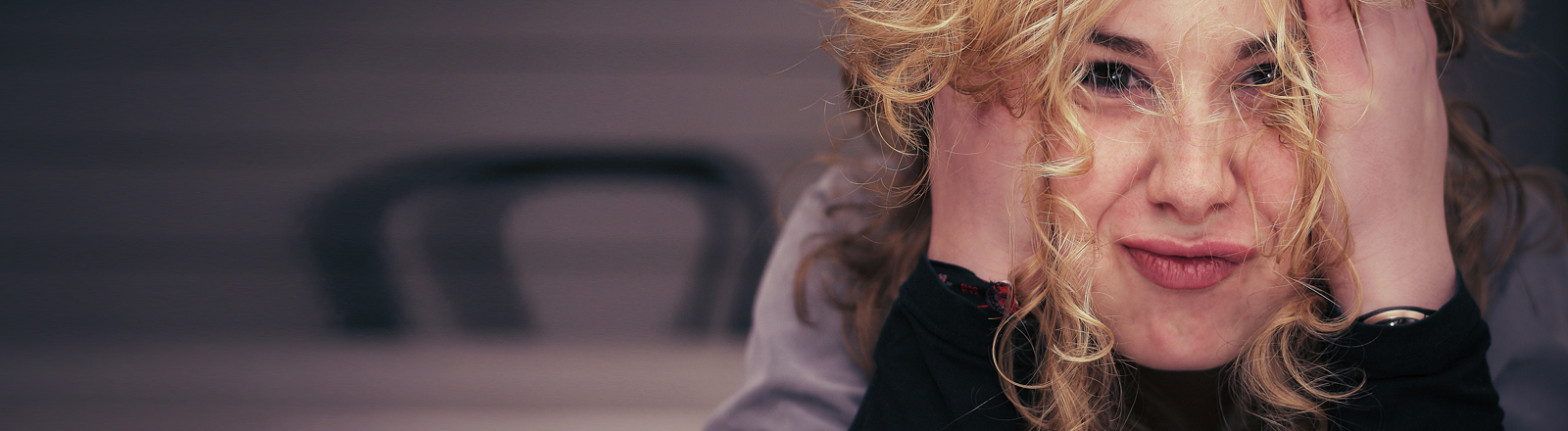 Eine Frau mit blonden Locken schaut recht zerknirscht.