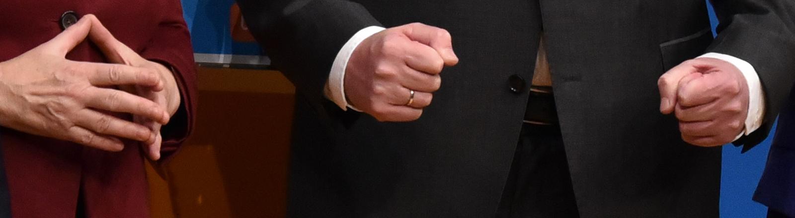 Die Hände von Angela Merkel und Horst Seehofer beim CDU-Parteitag in Karlsruhe.