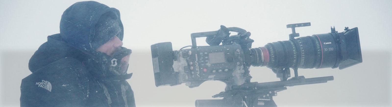 Rolf Steinmann in der Kälte vor einer Filmkamera.