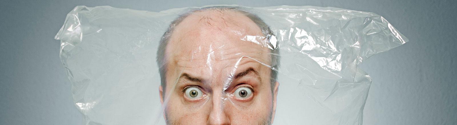 Mann mit Plastiktüte auf dem Kopf