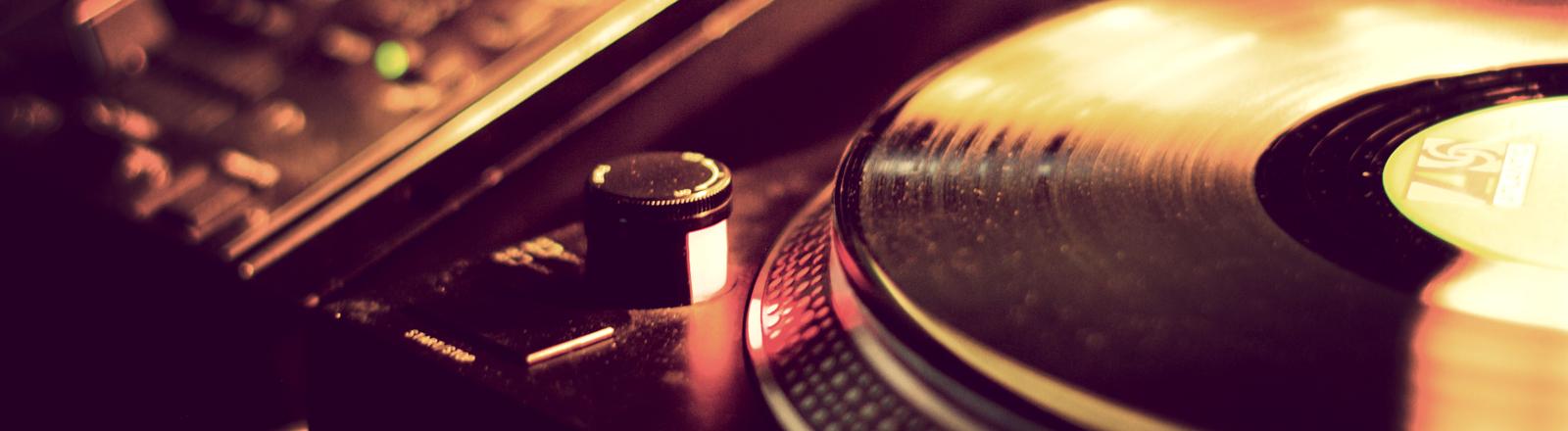 Eine Schallplatte auf einem Plattenteller.