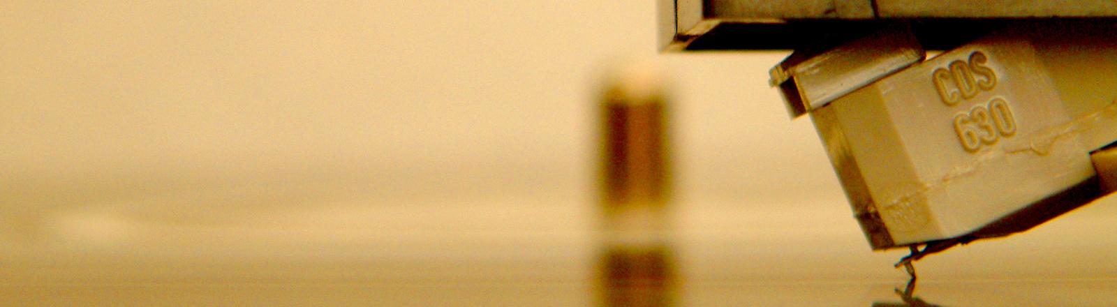 Die Nadel eines Plattenspielers auf einer Schallplatte.