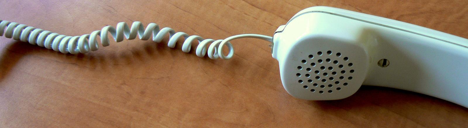 Ein altmodisches Telefon mit Schnur.