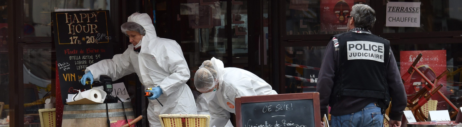 Spurensicherung vor dem Comptoir Voltaire in Paris.