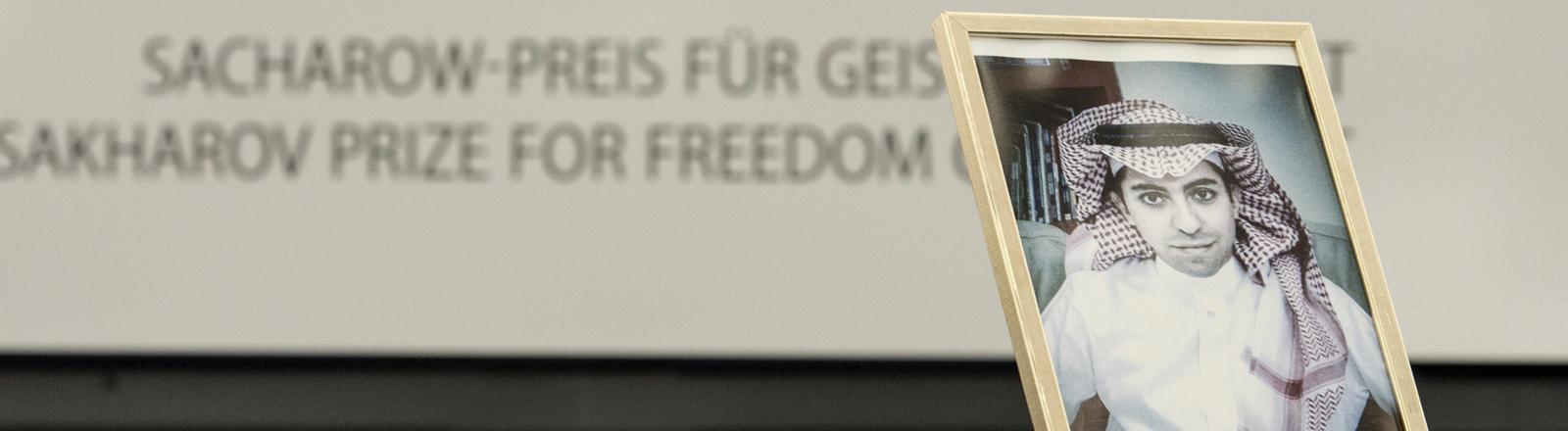 Ein Bild des in Saudi-Arabien inhaftierten Bloggers und Sacharow-Preisträgers Raif Badawi im Straßburger EU-Parlament.