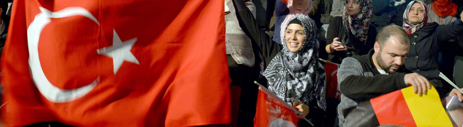 Auf den Auftritt des türkischen Ministerpräsidenten Erdogan warten Anhänger am 04.02.2014 im Tempodrom in Berlin.