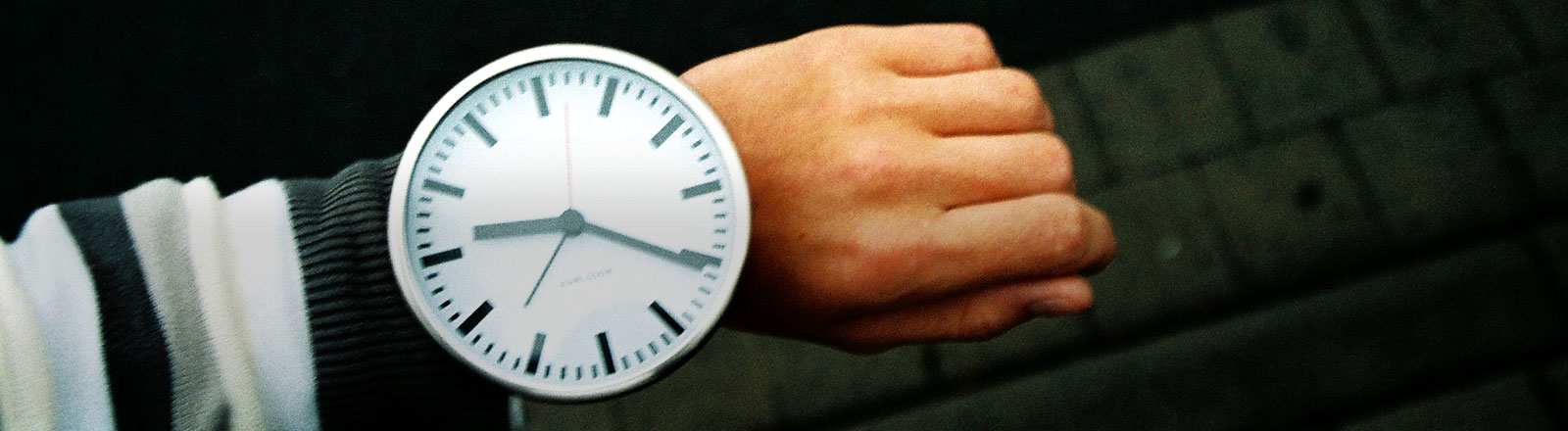 Eine riesige Uhr an einem Handgelenk.