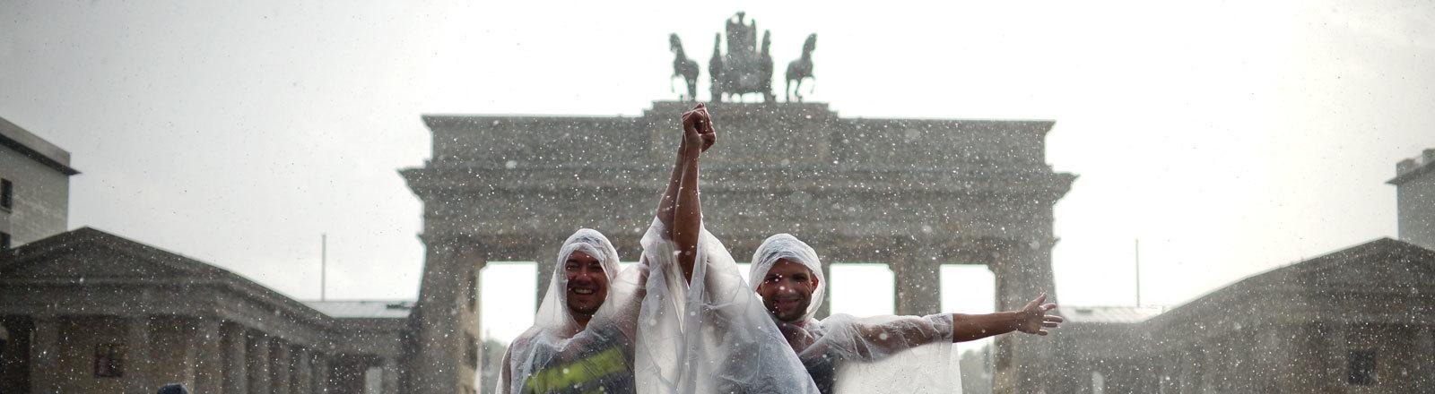 Zwei Männer vorm Brandenburger Tor