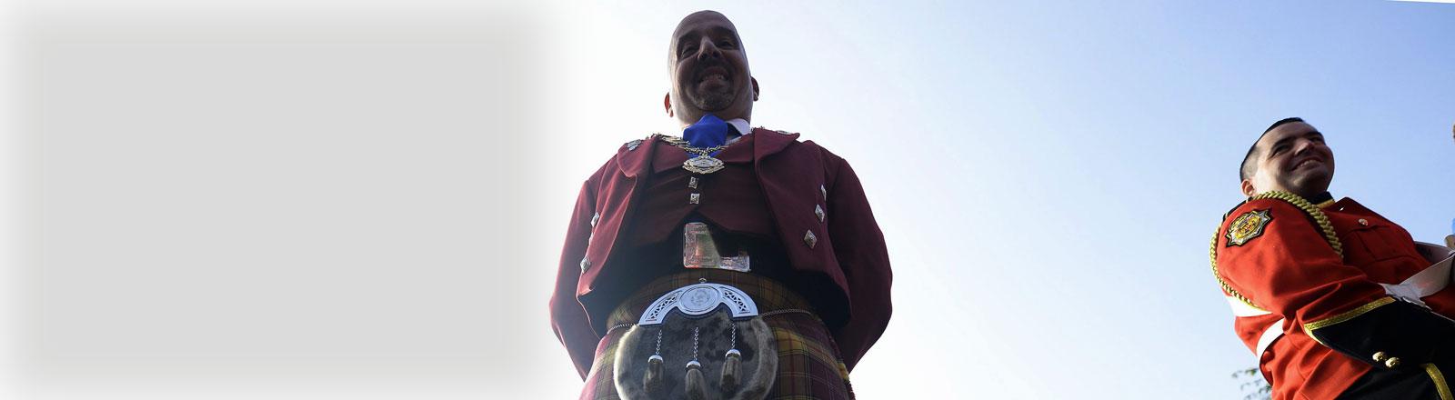 Ein Mann im Schottenrock.