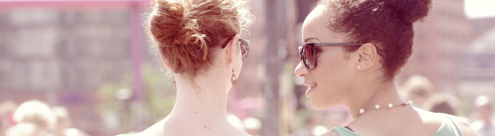 Eine weiße und farbige Frau