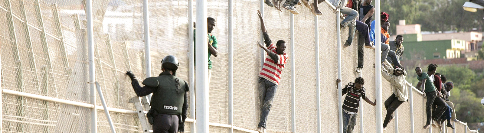 dpa: Flüchtlinge am Grenzzaun in Melilla