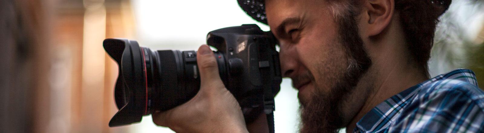 Ein Mann schießt ein Foto.