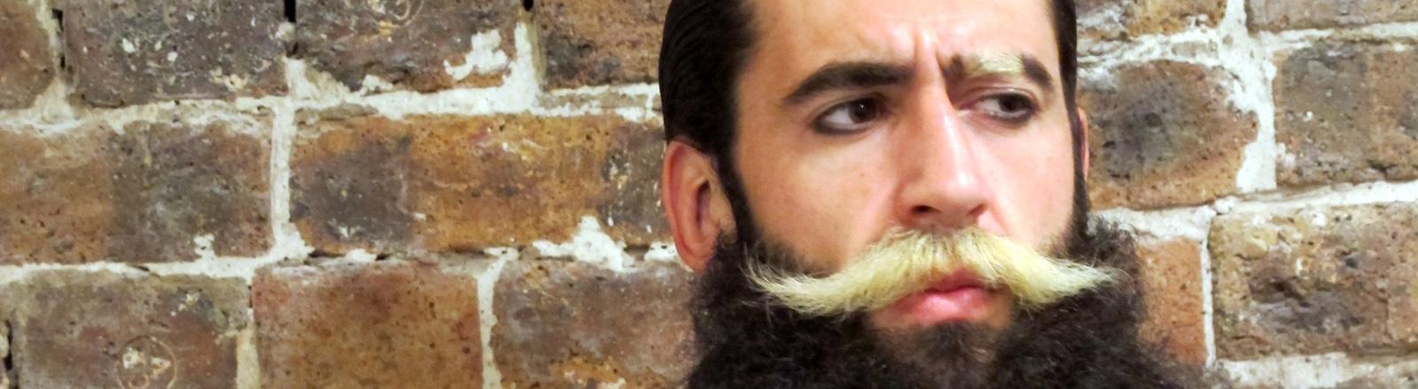 Mann mit künstlichem Bart
