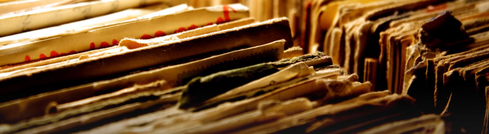 Akten aus Papier in einer Schublade.