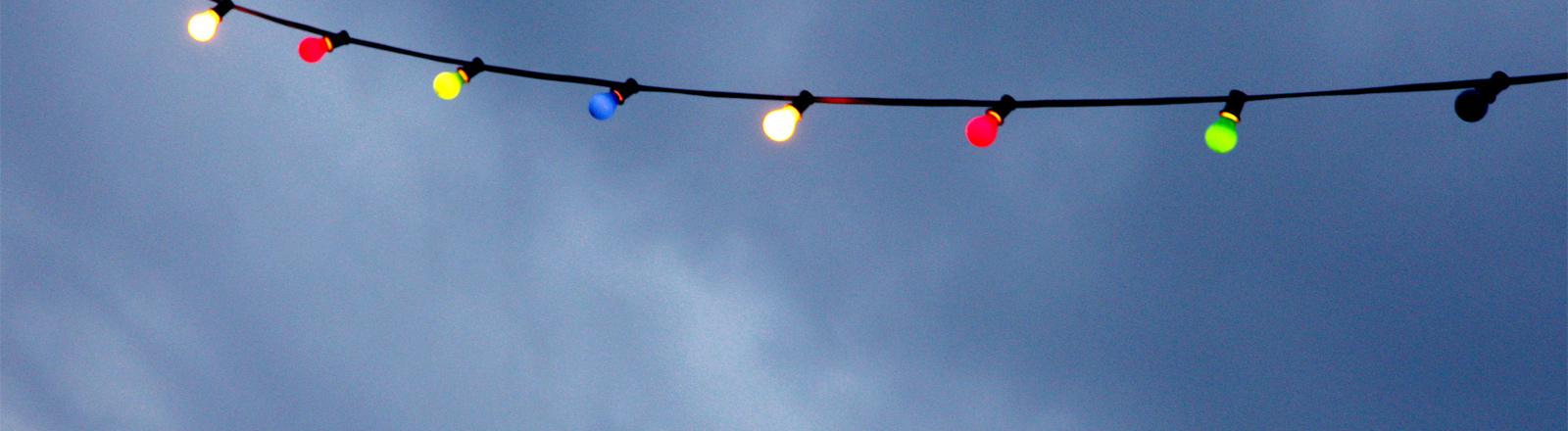Eine Lichterkette unter freiem Himmel.