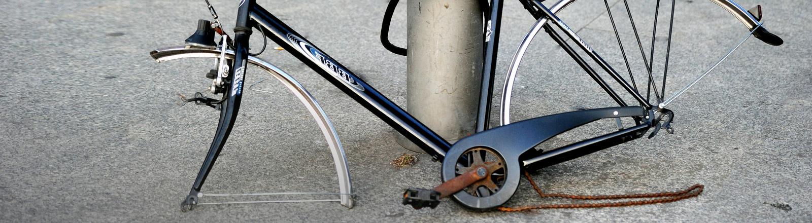 Ein Fahrrad, von dem die Räder und der Sattel gestohlen wurden.
