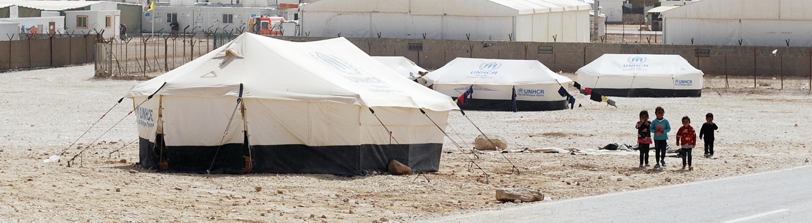 Kinder vor Zelten in einem Flüchtlingslager in Zaatari