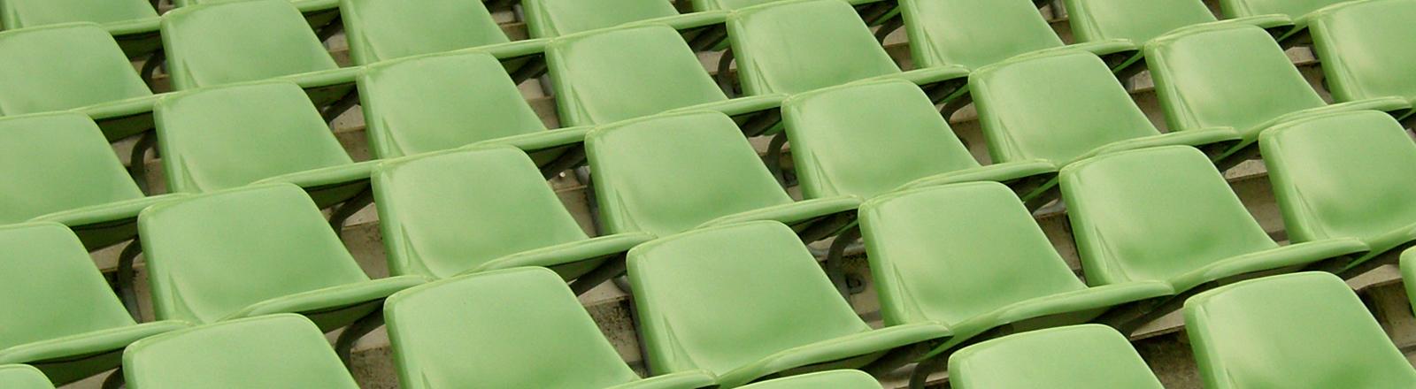Leere grüne Sitze auf einer Tribüne