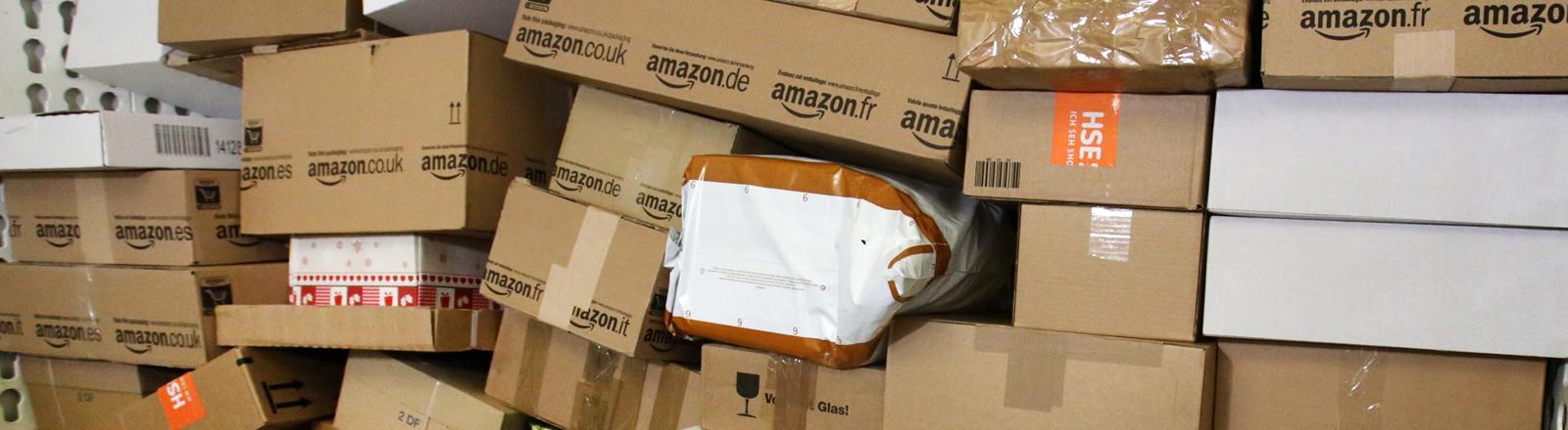 Ein Stapel Pakete in einem Paket-Zentrum