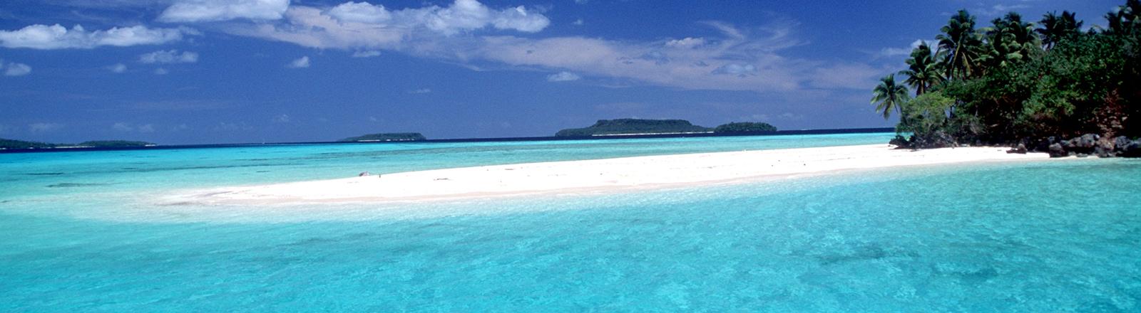 Strand in türkisfarbenem Wasser