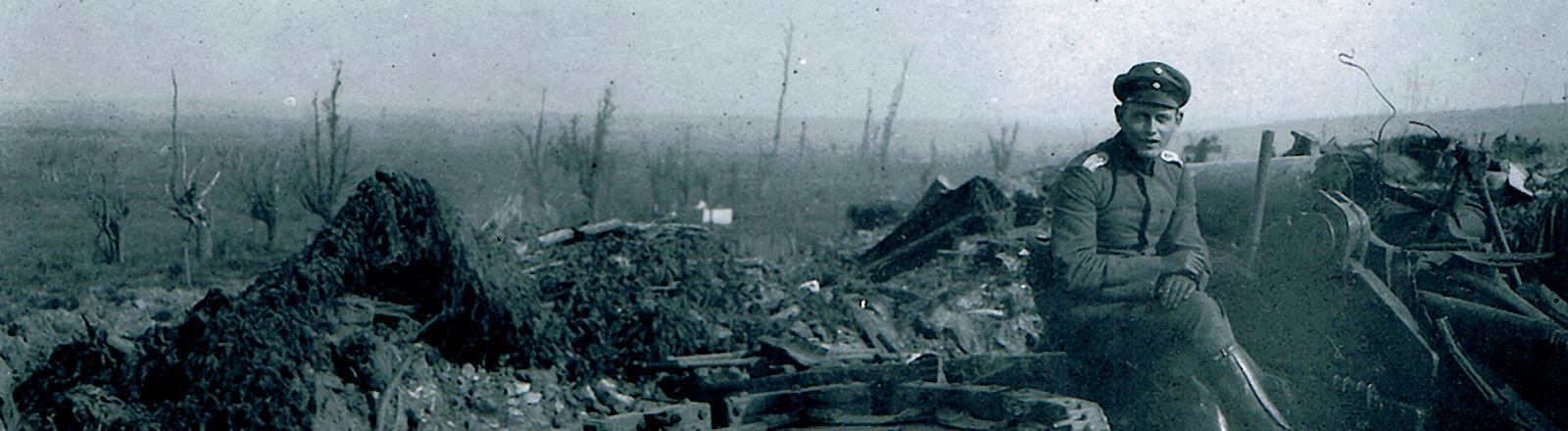 Ein Soldat sitzt in Trümmern des ersten Weltkriegs.