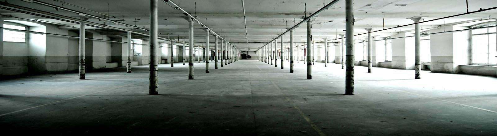 Eine leere Fabrikhalle.