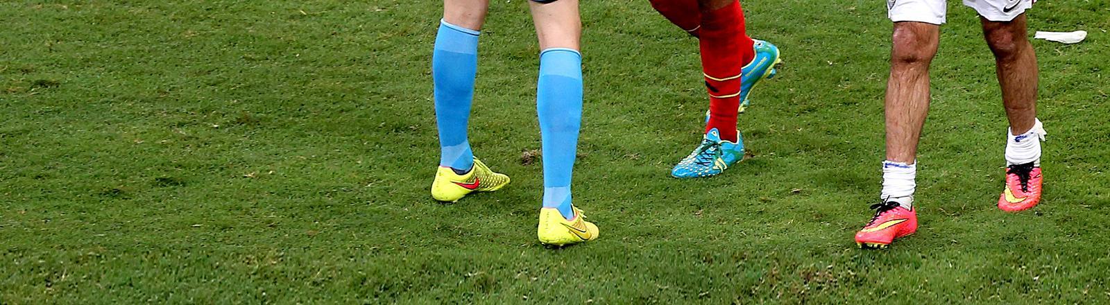 Die Beine zweier Fußballer.