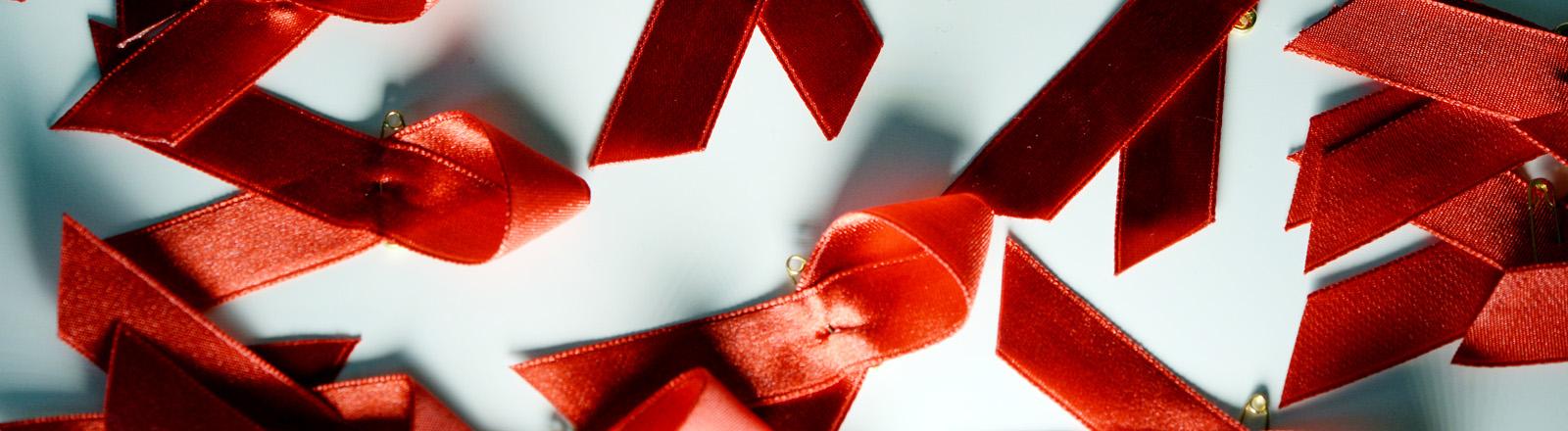 viele rote Aids-Schleifen