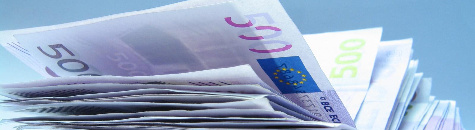 Ein Stapel 500-Euro-Scheine