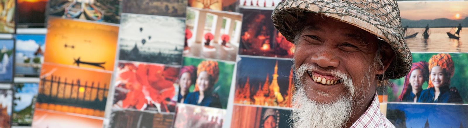 Ein Postkartenverkäufer in Myanmar