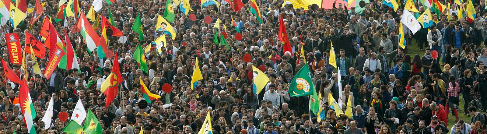 Kurden bei einer Demonstration in Deutschland
