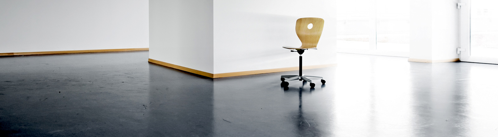Ein leeres Büro mit Bürostuhl.