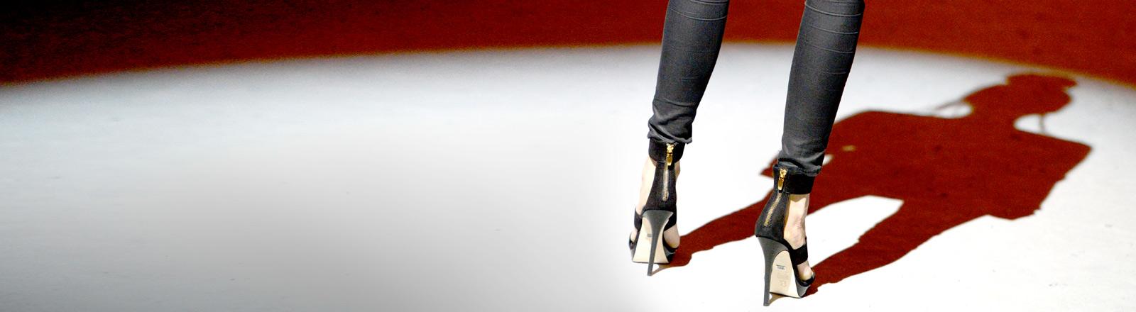 Beine einer Frau, die eine Skinny-Jeans trägt.