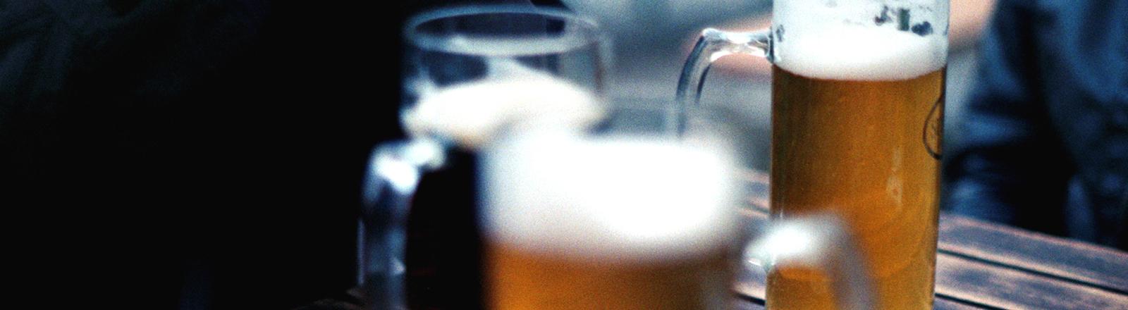 Biergläser auf einem Tisch im Biergarten.