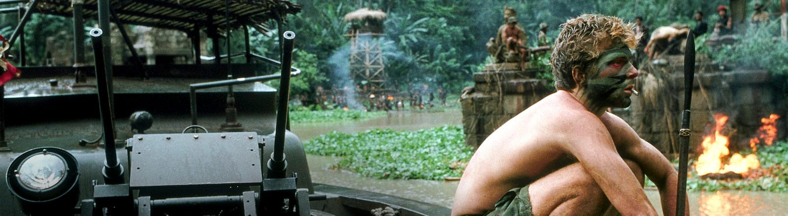 """Szene aus dem Film """"Apocalypse Now"""": Ein Soldat sitzt im Dschungel auf einem Militärfahrzeug."""