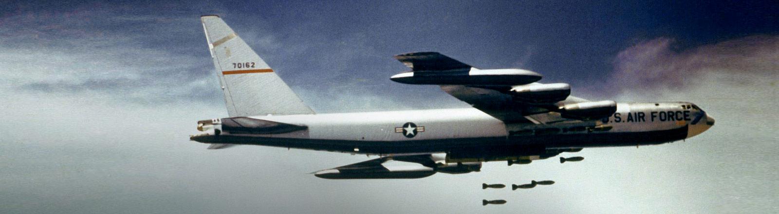 Ein US-amerikanischer B52-Bomber wirft Bomben über Vietnam ab.