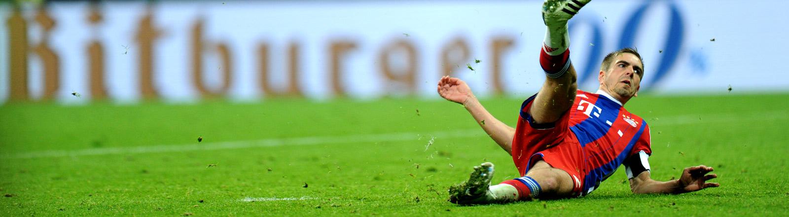 Philipp Lahm rutscht beim Elfmeterschießen deim DFB-Pokal-Halbfinale zwischen FC Bayern München und Borussia Dortmund aus.