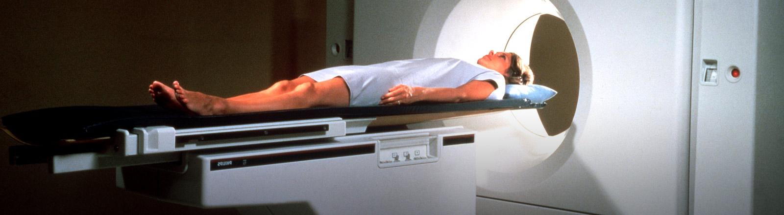 Eine Frau im Computertomographen.