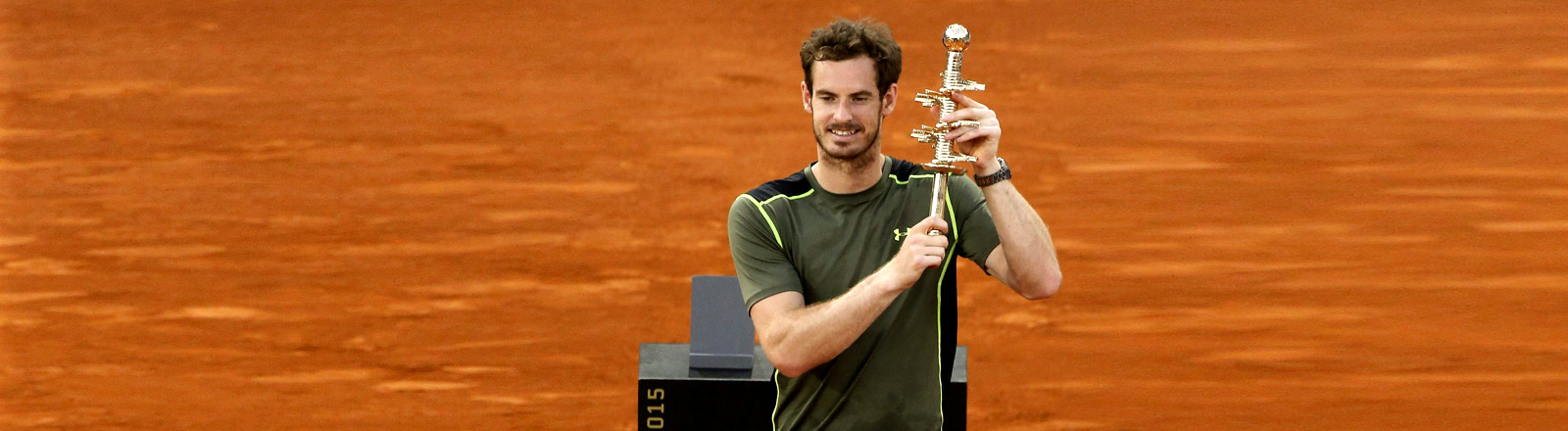 Tennis-Profi Andy Murray hält den Pokal des Sandplatz-Turniers in Madrid im Mai 2015 hoch.