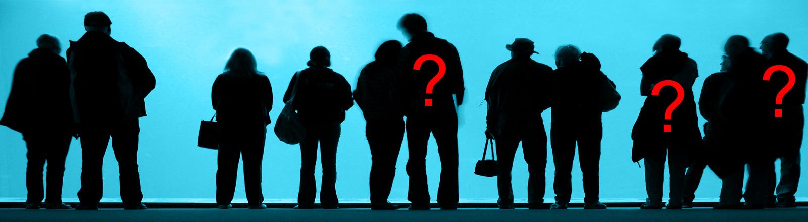 Silhouette mehrerer Menschen.
