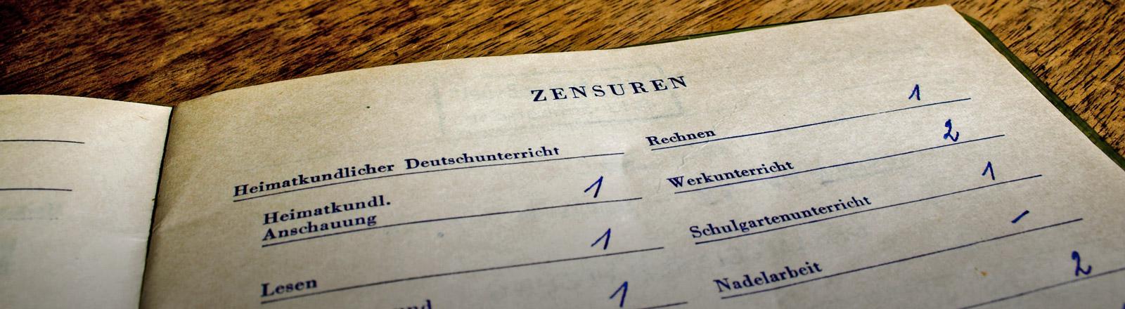 Ein altes Zeugnis mit Noten in Lesen, Rechtschreibung und Rechnen.