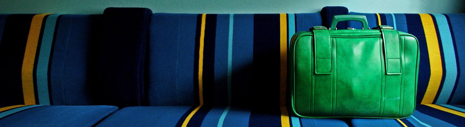 Ein Koffer auf einer Sitzbank.