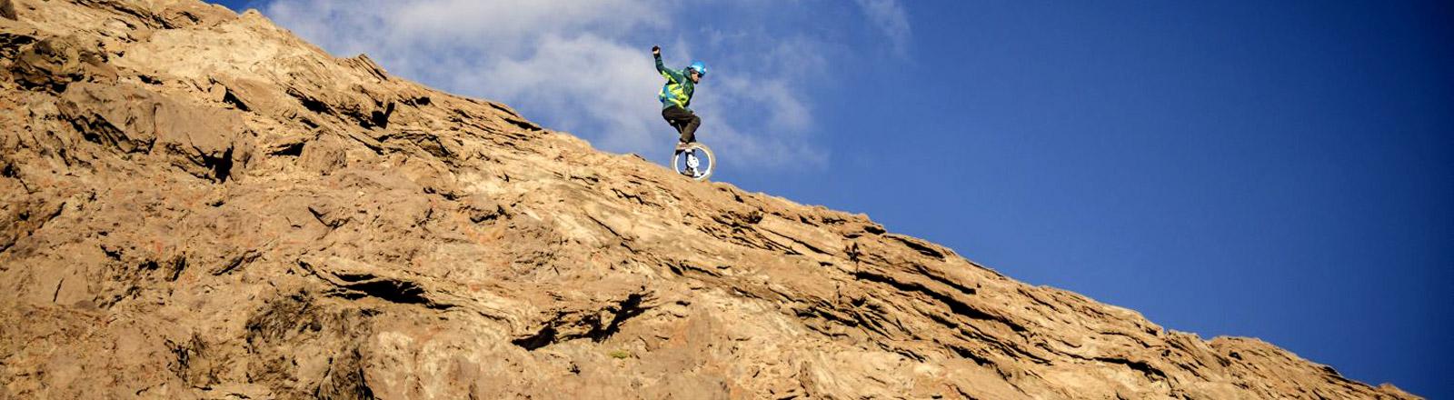 Einradfahrer Lutz Eichholz fährt den fast 6000 Meter hohen Berg Damavand in Iran hinab.
