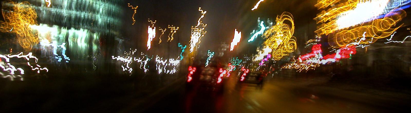 Aufnahme einer beleuchteten Stadt bei Nacht.